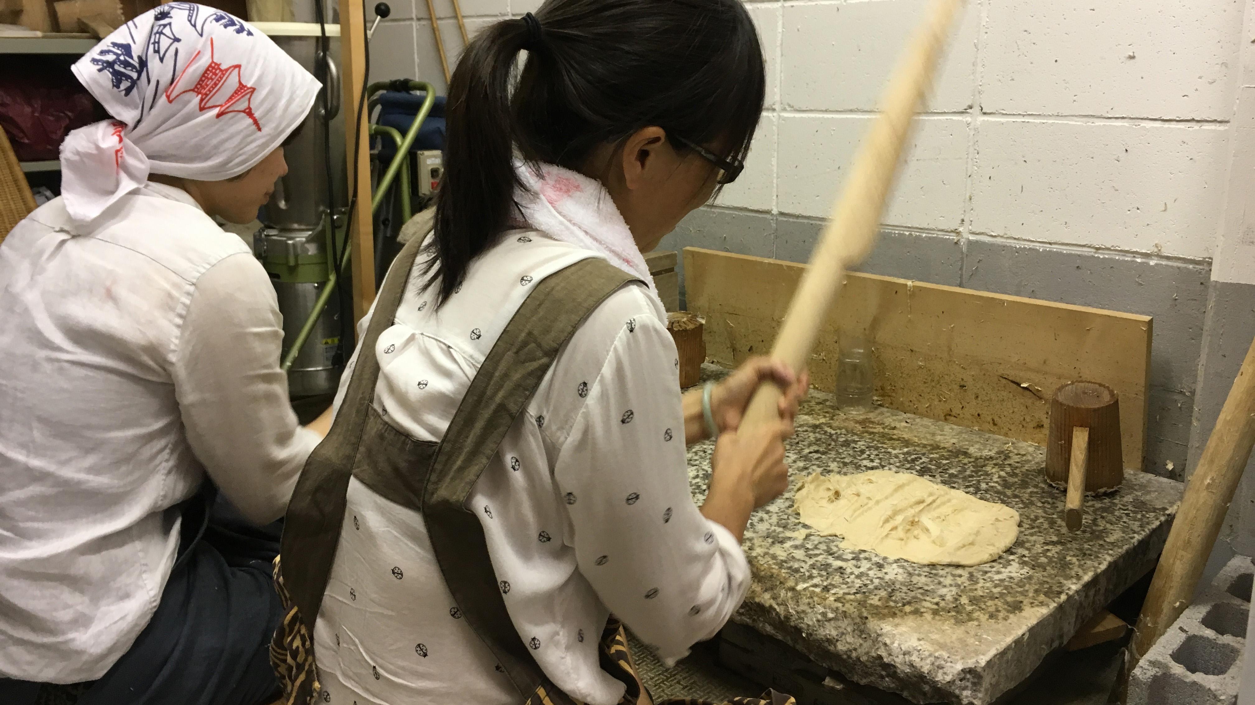 Preparing Kozo fibers ( (Photo Courtesy: Sachiko Shibazaki)